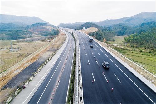 1月10日10时18分,柳南高速改扩建工程古辣调坡路段往真人娱乐平台方向(右侧)开放半幅交通。本报记者段柳健 摄