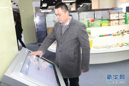 2月5日,天津农信通科技有限公司总经理、津农宝电商平台ceo华仲策正在操作农业信息化综合管理平台。(新华网张博摄)