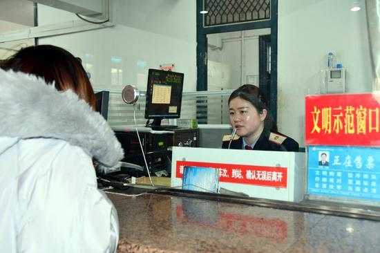 售票人员耐心为务工人员推荐列车车次。刘军民 摄