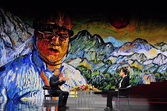 活动现场,主持人白岩松采访黄大年科研团队成员于平