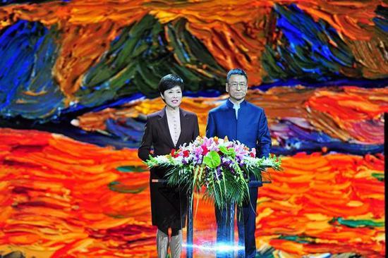 感动中国主持人敬一丹、白岩松
