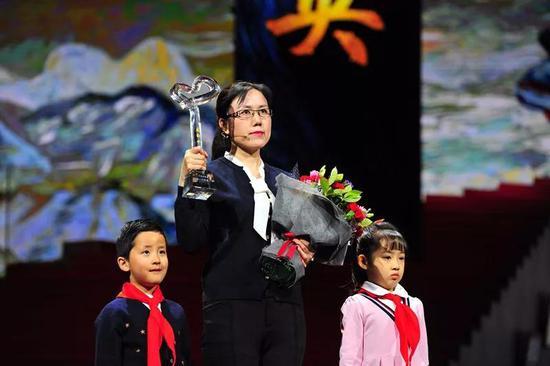 黄大年科研团队成员于平代为领奖