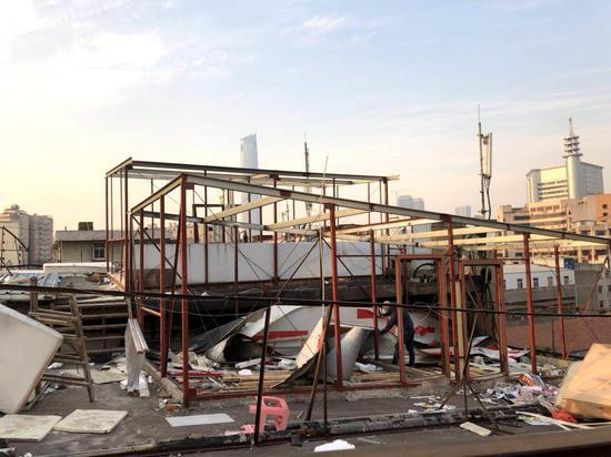 硚口城管拆除宝丰一路沿线的一处楼顶违建