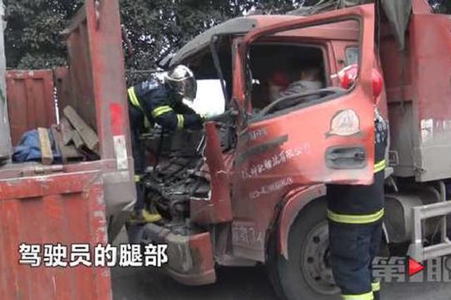 重庆主城一隧道口发生严重车祸 驾驶员被卡变形车