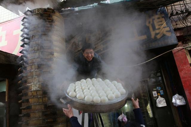 甘肃夫妻西安城中村日蒸万个馍 靠手艺打拼生活