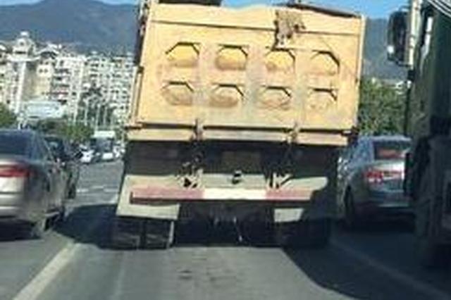 福州街头两渣土车满身泥 一路走一路撒