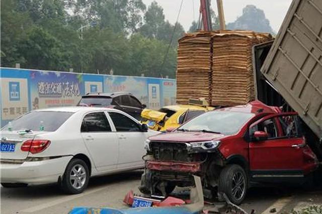 突发|柳州柳石路多车相撞 SUV被货车压变形 严重堵车