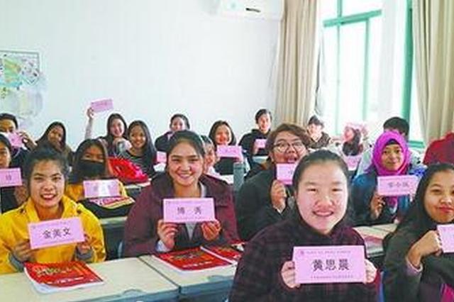 厦门部分高校创新课堂管理方式 学生考勤一人一桌牌