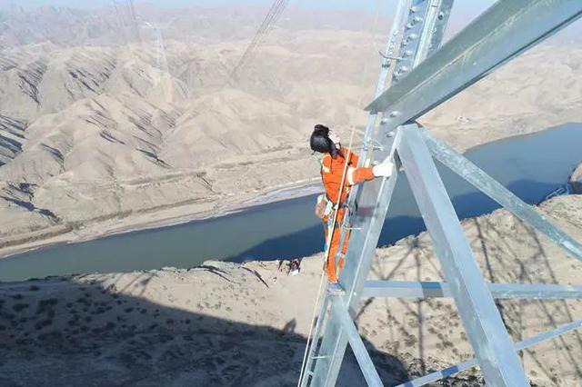 电网女生爬百米高铁塔施工上电视 妈妈千里追问