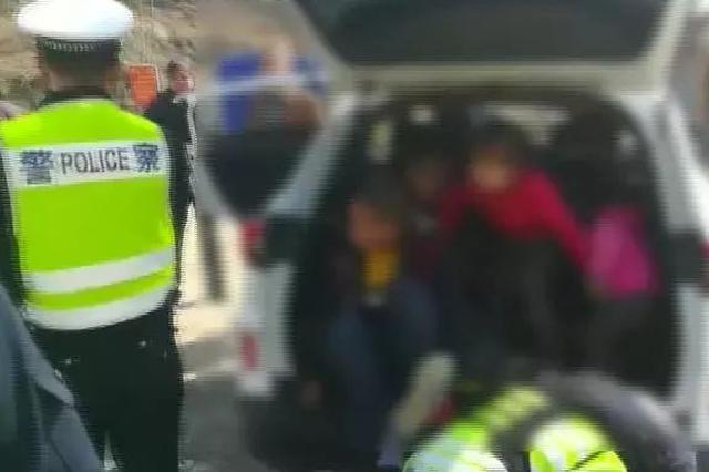 广西一5座小车载13人上路 后备厢里竟然挤进4个小孩