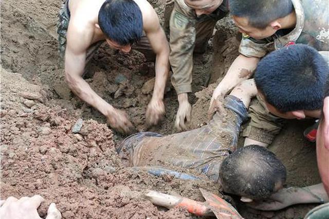 两名工人被垮塌泥土掩埋 50多名武警徒手挖人(图)