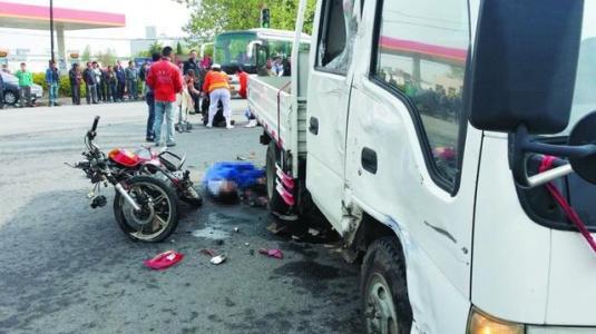 男子驾驶摩托车载人发生碰撞 对方倒地被小货车撞死