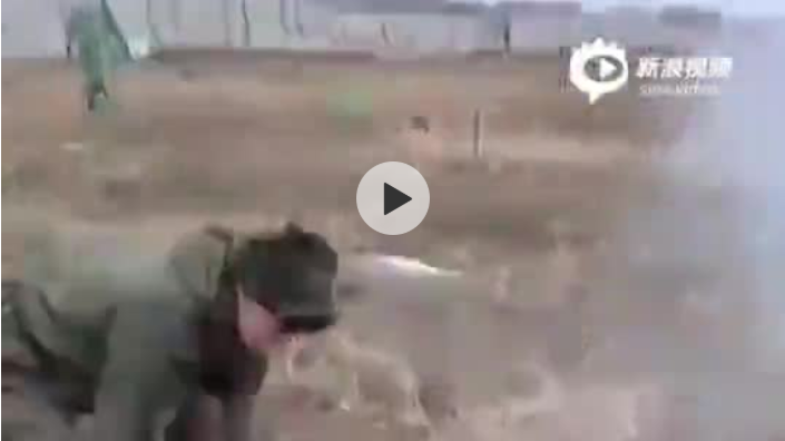俄罗斯士兵表演用斧子劈反坦克地雷