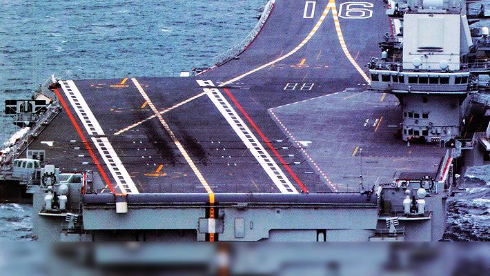 中国海军靓照来袭 辽宁舰甲板一细节凸显歼15频起降