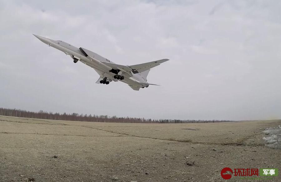 """美军B52挂弹兵分三路""""夹击""""俄罗斯"""
