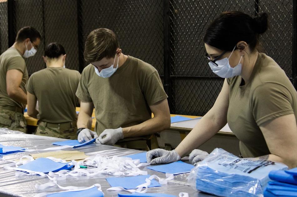 特种兵变缝纫工:美国陆军特种部队生产医用口罩