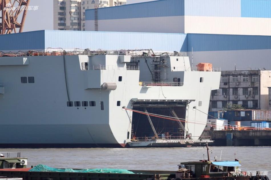舰艉舱门首次开启:075两栖舰舾装新进展曝光