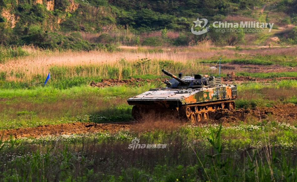 颜值高战力强!正在进行野外训练的04A步兵战车