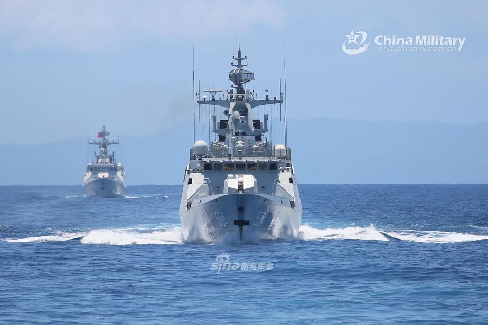 小动物破浪前行!两艘056型护卫舰南海海域护卫巡逻