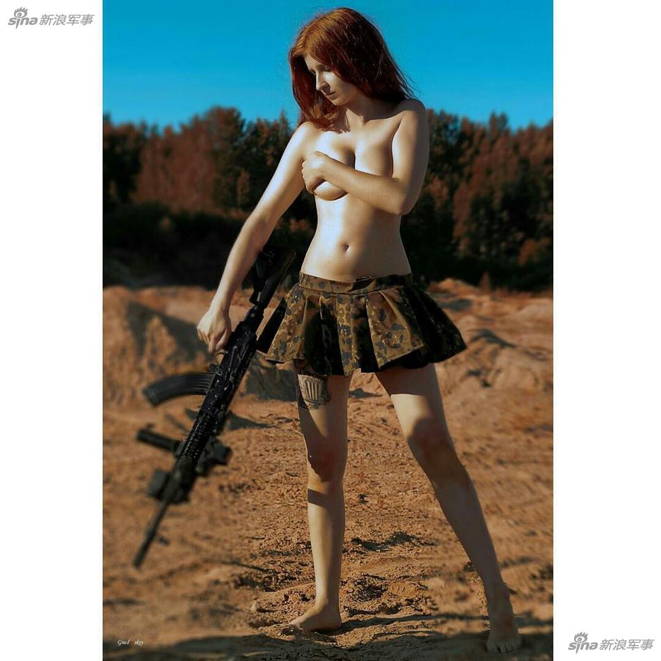 战斗民族美女穿着太过狂放 手持枪械狂野开战(图)