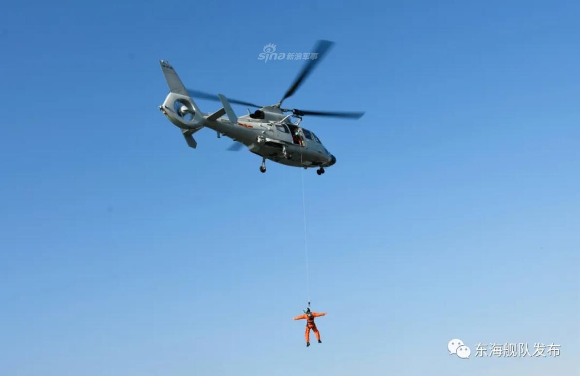 王牌机组试金石!东海舰队多型直升机海上救援训练