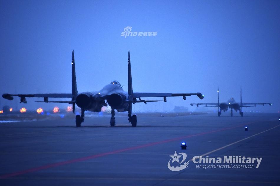 飞狮拂晓出击!空军歼11战机复杂气象条件下锤炼战力