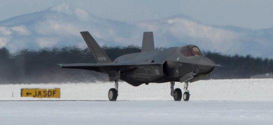 美军F-22战机和日本F-35A战机海上编队飞行