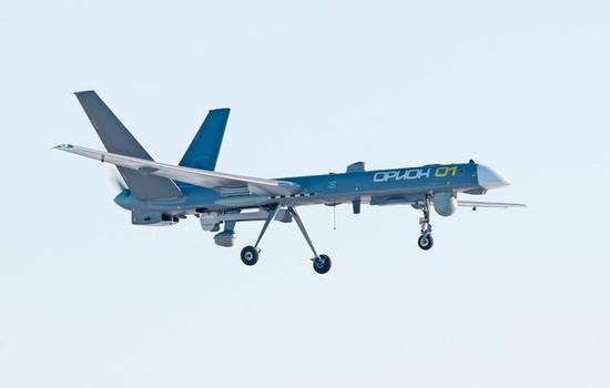 """图为仍在试飞的俄""""猎户座""""无人机。该机水平仅相当于中国的""""翼龙-1""""。"""