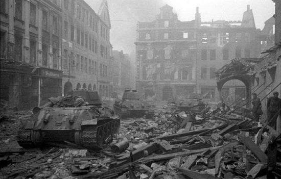巷战中柏林城的建筑遭到巨大损失