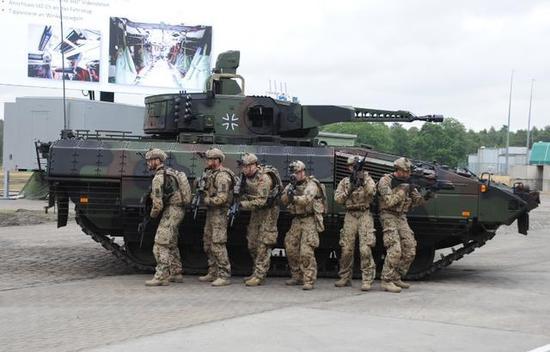 """图为人高马大的德国步兵和""""美洲狮""""步兵战车。"""