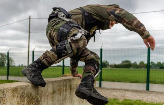 实拍!法国空降兵测试加拿大UPRISE下肢外骨骼