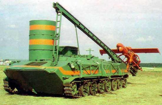"""图片:空降战车底盘上的""""熊蜂""""-1无人机发射系统。"""