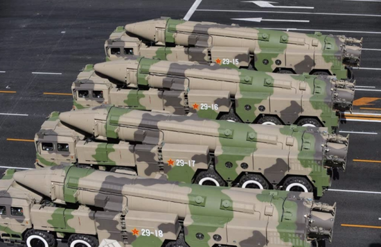 美媒:美军双航母南海军演后 中国试射东风26导弹