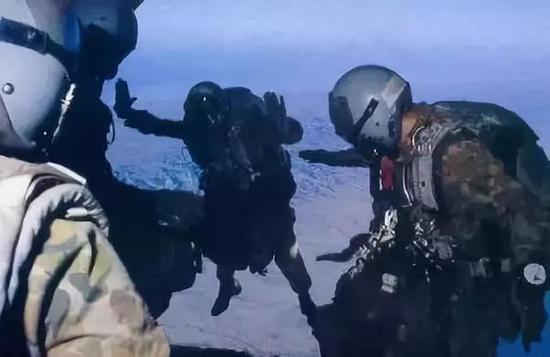 澳大利亚SASR进行高跳低开训练,盔上倒是也没有刷迷彩,看着大差不差