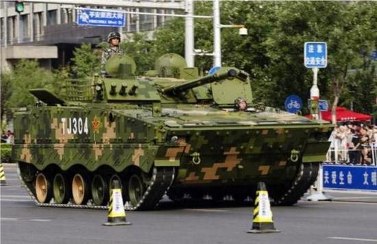 我04式步兵战车已装配炮射导弹 怼敌方主战坦克无压力