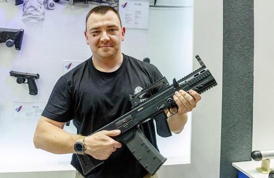 图为展示SHAK-12的俄展台工作人员。