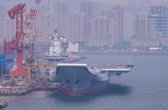 辽宁舰在大连船厂开始维护 拆除雷达进行修理(图)