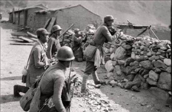 抗战期间头戴缴获钢盔的我军战士