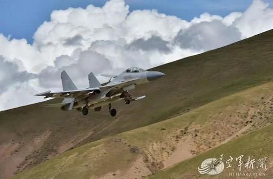 歼16高原演练超低空突防 飞机背对目标仍能将它摧毁