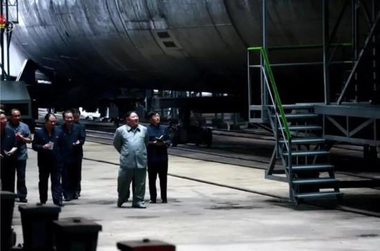 ▲朝鲜潜艇水线以下的部分,平时是很少能见到的