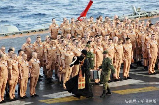 牧师为全舰船员祈祷开光