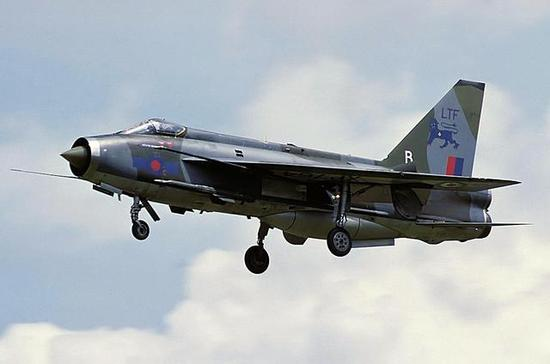 图片:闪电F3战斗机,注意机腹保形油箱