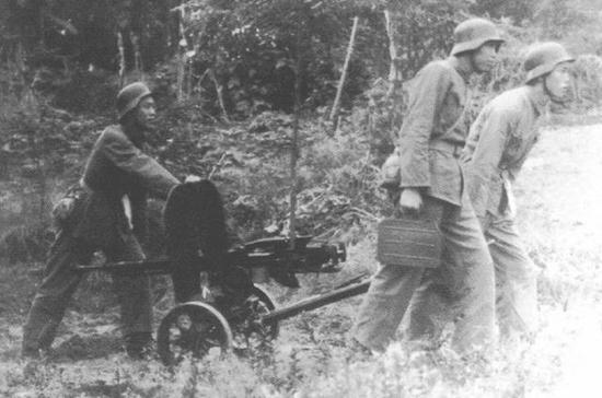 前线军人急需钢盔,一开始甚至调用了库存的缴获品。图中是德式钢盔