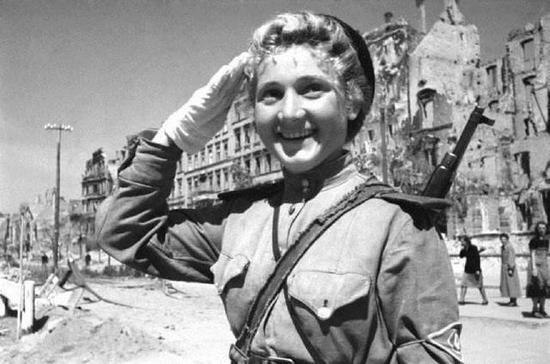 1945年,以胜利者姿态出现在柏林的女兵