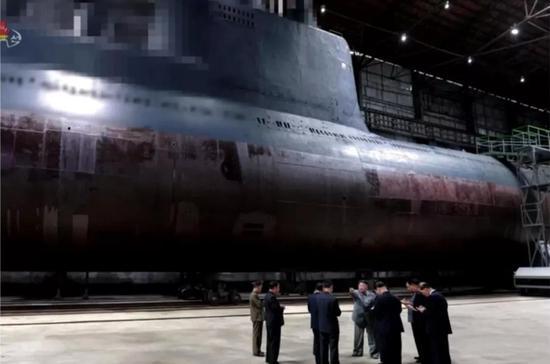 ▲又是嫌短加长又是换个围壳,这033都快给人改成担架了,都是朝鲜自己开发的