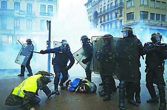 西方防暴警察清场有啥装备:高压水枪不行就上手榴弹