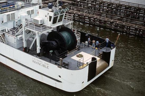 图片:美国海军双体音响测定船尾部的声纳绞车