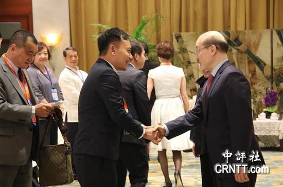 刘结一与洪秀柱率领的台湾青年代表一一握手 图自中评社