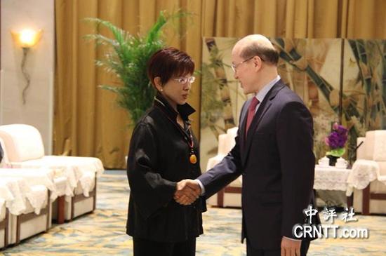 刘结一会见洪秀柱率领的台湾青年参访团一行 图自中评社