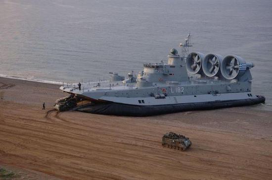 图片:希腊海军的野牛,M113输送车跟玩具似的
